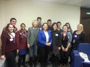 Nathalie Griesbeck et Marielle de Sarnez entourées d'une délégation de la Ligue des Jeunes Électeurs