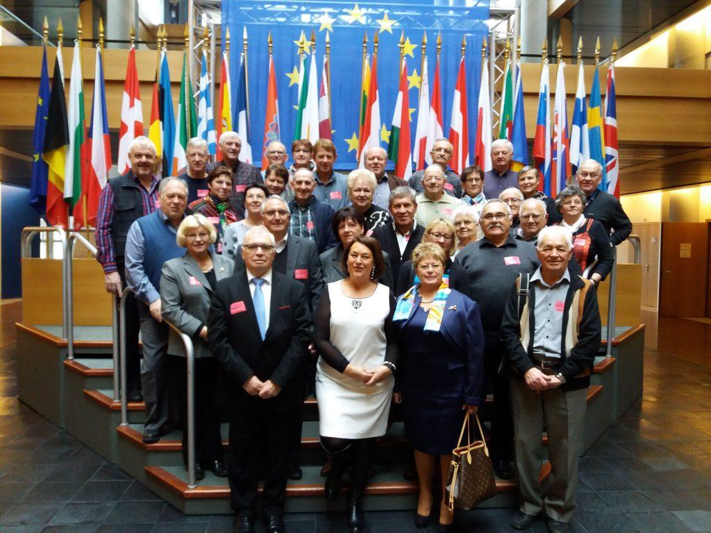 20161122-amicale-anciens-maires-du-canton-de-fenetrage-photo-drapeaux